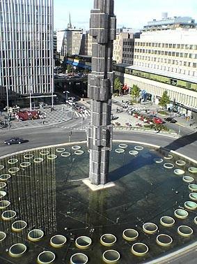 Sergels Torgs fontän med superellipsen och glasobelisken